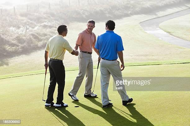 Homme sur le terrain de golf et putting green se serrant la main