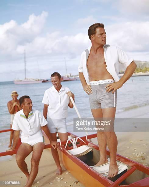 Männer auf Urlaub in der Nähe der Strand