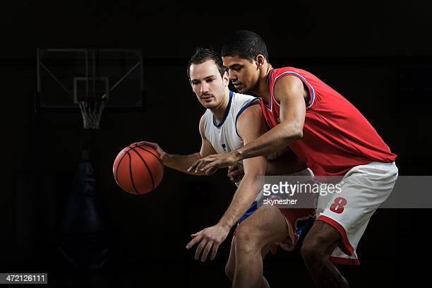 Männer basketball spielen.
