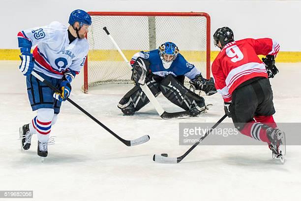 Hombres jugando de hockey sobre hielo