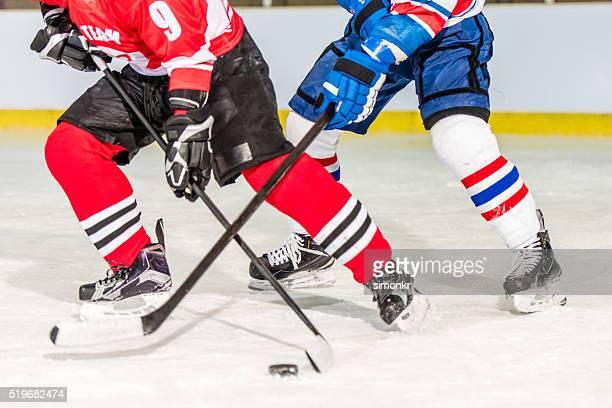 Uomini giocando hockey su ghiaccio