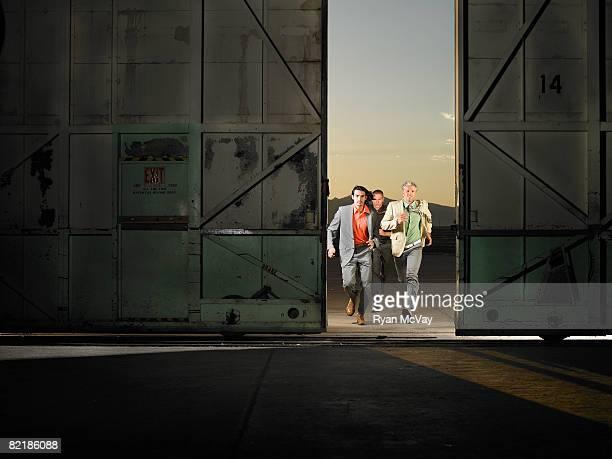 3 hommes dans un entrepôt vide course