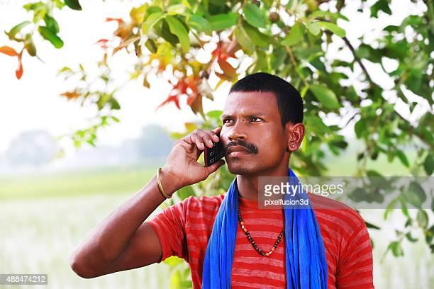 Homme parlant au téléphone Mobile