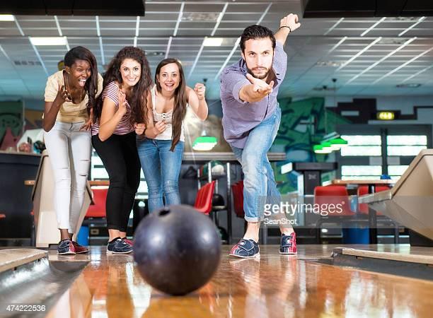 Ein Männer werfen Bowlingkugel.