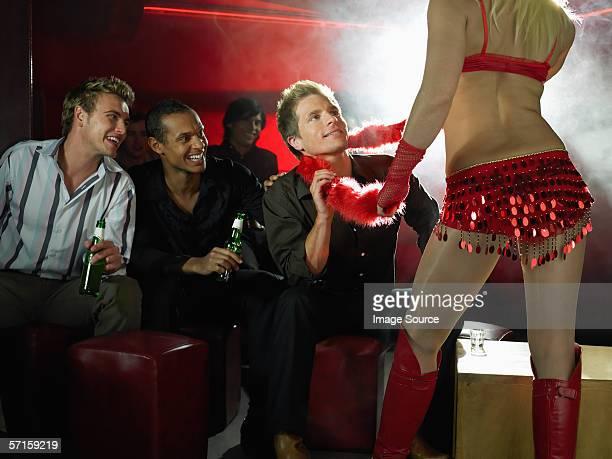 Männer vor Striptease