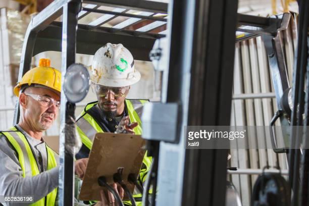 Mannen met heftruck kijken naar Klembord
