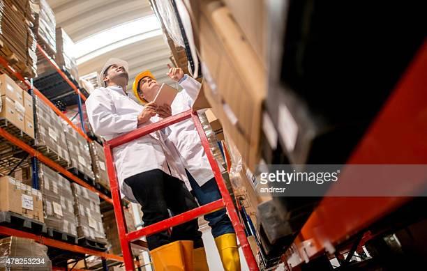 Homens a trabalhar em um Armazém de Distribuição