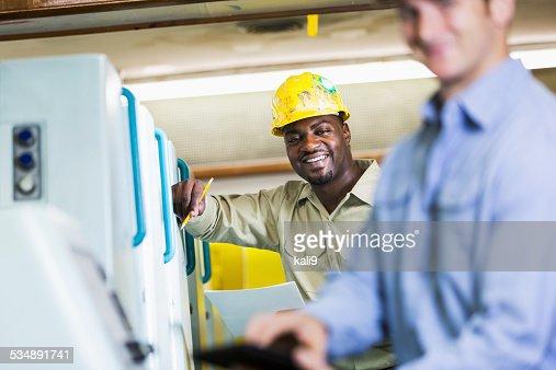 男性して製造工場に立つマシン