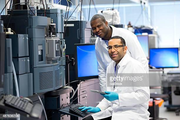 Homme travaillant avec les équipements spécialisés scientifique pour mesurer les produits chimiques.