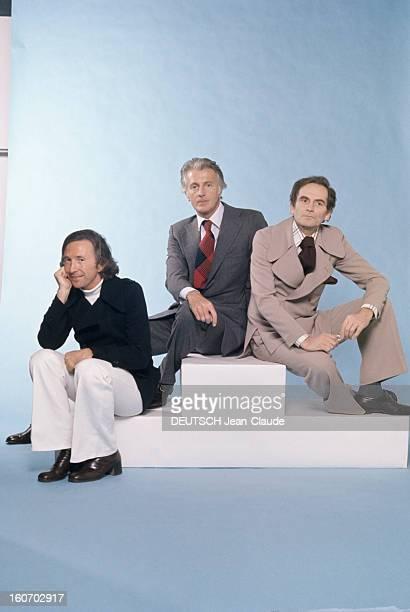 Men's Fashion France Paris 1973 Les ténors de la haute couture Ted LAPIDUS cheveux milongs veste bleue marine à ceinture large sur col roulé et...