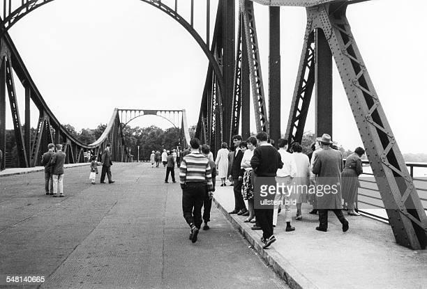 Menschen auf der Glienicker Brücke im Hintergrund der Schlagbaum der die Grenze zur DDR markiert um 1955 undatiert