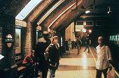 Menschen warten auf dem Bahnsteig der UBahnstation Baker Street 1997