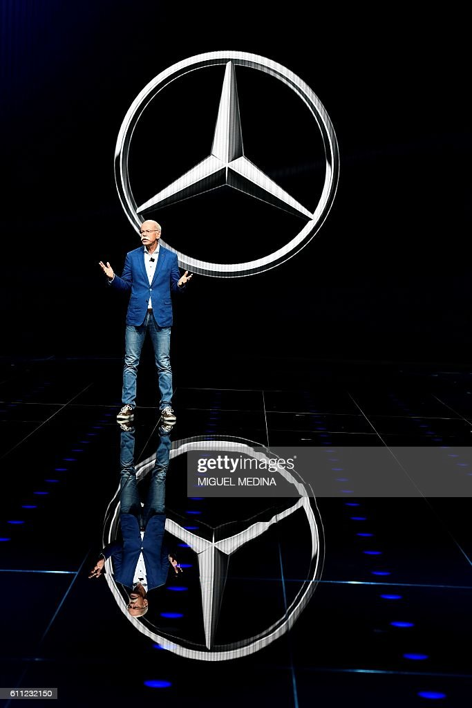 Mercedes Benz CEO Dieter Zetsche delivers a speech on the first day of the press days of the Paris motor Show, on September 29, 2016. / AFP / MIGUEL