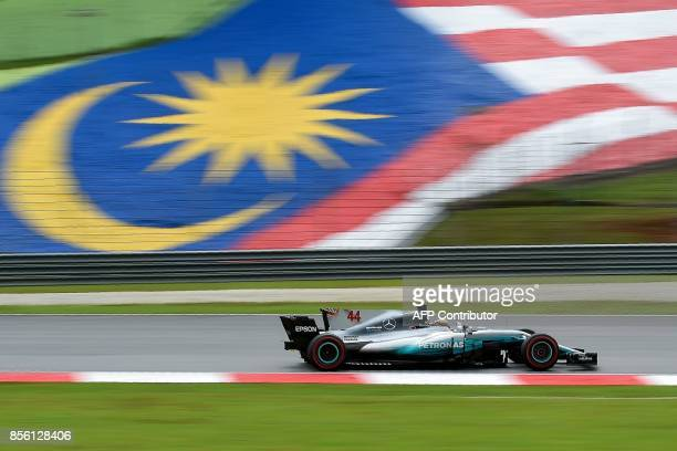 Mercedes' British driver Lewis Hamilton drives his car during the Formula One Malaysia Grand Prix in Sepang on October 1 2017 / AFP PHOTO / MANAN...
