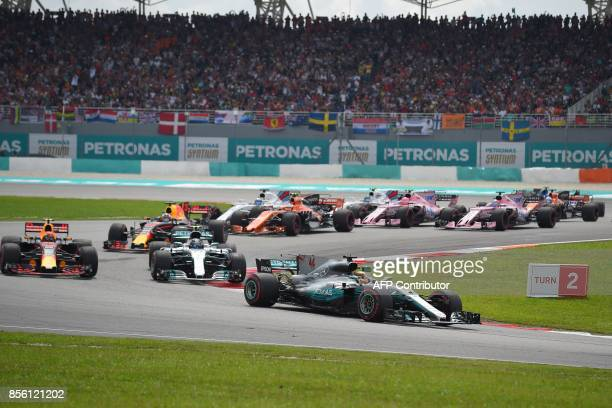 Mercedes' British driver Lewis Hamilton leads the pack during the Formula One Malaysia Grand Prix in Sepang on October 1 2017 / AFP PHOTO / MANAN...