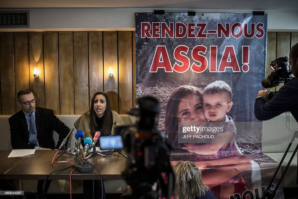 Meriam Rhaiem and her lawyer Gabriel Versini-Bullara give a press conference, on March 22, 2014 in Lyon, to call French authorities for the recongnition of the status of hostage for her two-year old daughter, Assia, who was according to her kidnapped by her husband who left for Syria.