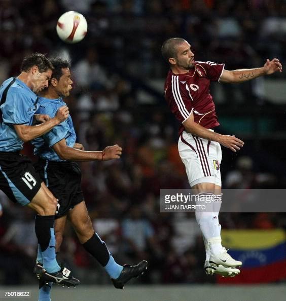 Venezuela's Giancarlo Maldonado vies with Uruguay's Dario Rodirguez and Andres Scotti during their Copa America 2007 first round match in Merida 03...