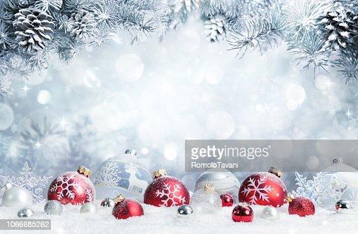 Frohe Weihnachten - Kugeln im Schnee mit Tannenzweigen : Stock-Foto