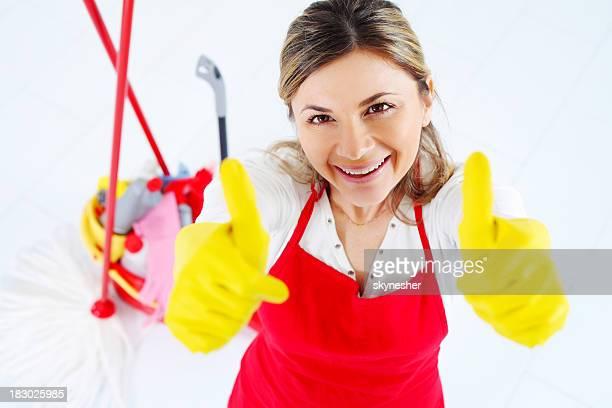 Buon cameriera ha sollevato le mani in Segno di ok