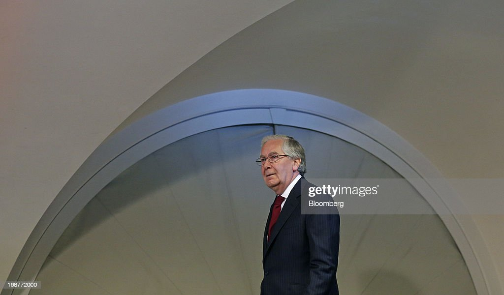 <a gi-track='captionPersonalityLinkClicked' href=/galleries/search?phrase=Mervyn+King+-+Economist&family=editorial&specificpeople=14888473 ng-click='$event.stopPropagation()'>Mervyn King</a>, governor of the Bank of England, arrives for the bank's quarterly inflation report news conference at the Bank of England in London, U.K., on Wednesday, May, 15, 2013. The Bank of England raised its forecasts for economic growth and said it may hit its 2 percent inflation target quicker than previously estimated. Photographer: Simon Dawson/Bloomberg via Getty Images