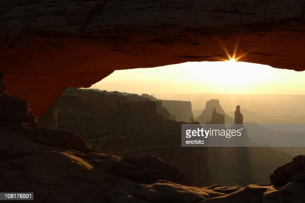Mesa Arch y el paisaje del desierto en parque nacional de Canyonlands