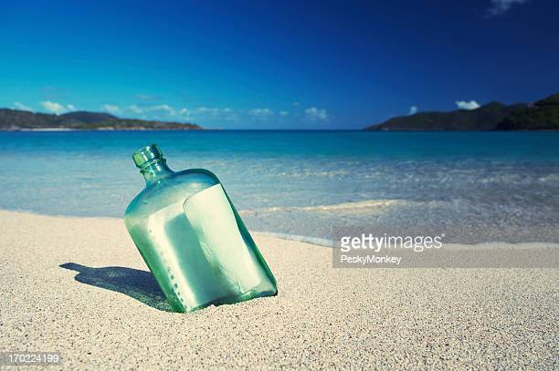 Nachricht in einer Flasche sitzt am tropischen Sandstrand