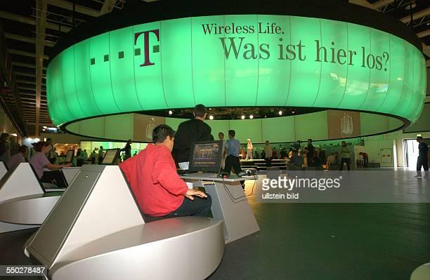 Messebesucher informieren sich über Wireless LAN am Stand von TOnline auf der Internationalen Funkausstellung in Berlin