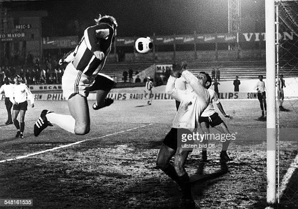 Vitoria Setubal Hertha BSC Berlin 11 Spielszene Franz Brungs beim Kopfball vor dem Tor Januar 1970