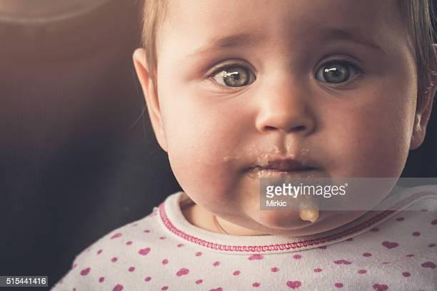 Confus bébé fille Portrait après le déjeuner
