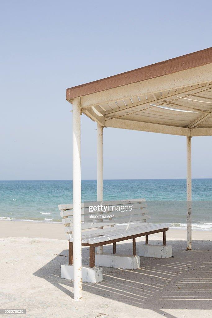 Metall-Pavillon mit Bänken am Meer, Dibba, Oman : Stock-Foto