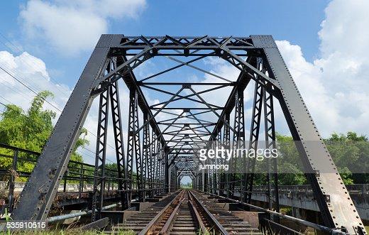 metal puente del ferrocarril, viejo puente de ferrocarril : Foto de stock