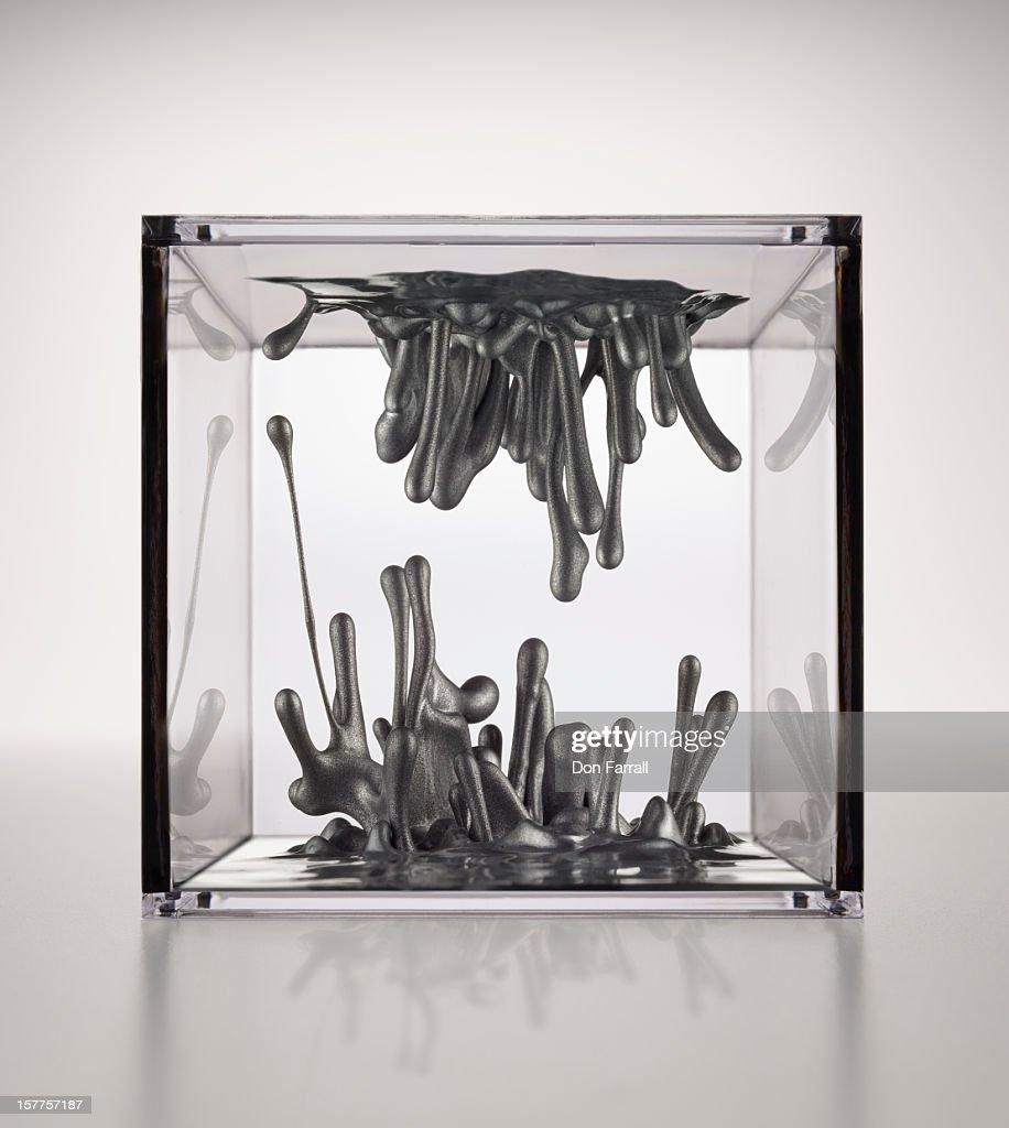 Metallic liquid in a transparent box : ストックフォト
