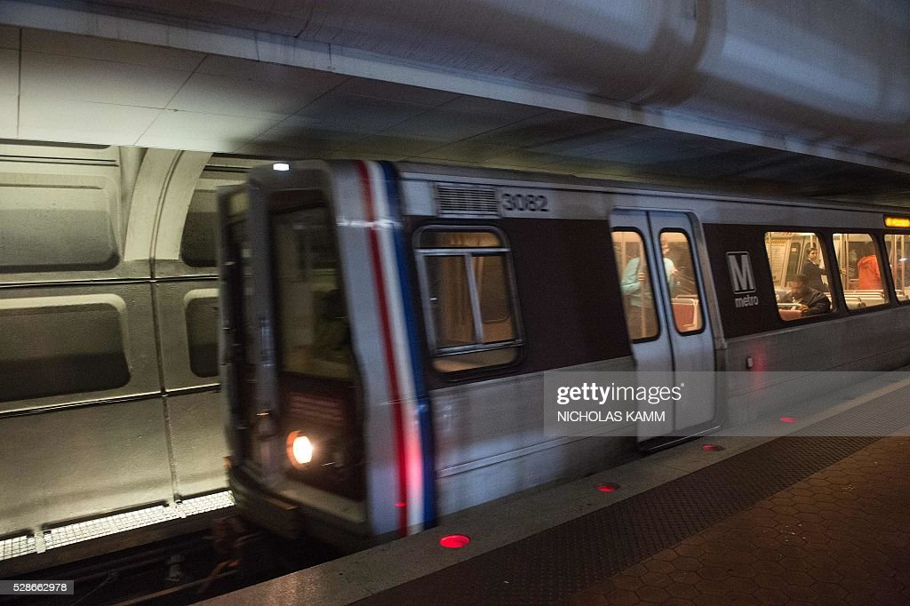 A Metro train enters the Farragut North station in Washington, DC, on May 6, 2016. / AFP / NICHOLAS