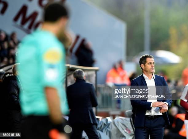 Metz' French head coach Philippe Hinschberger gestures during the French L1 football match between Metz and Paris on April 18 2017 at Saint...