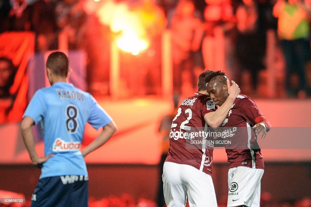 Metz' French midfielder Yeni Ngbakoto (R) jubilates after scoring a goal during the French L2 football match between Metz vs Tours at the Saint-Symphorien stadium in Longeville les Metz, eastern France, on May 6, 2016. / AFP / SEBASTIEN