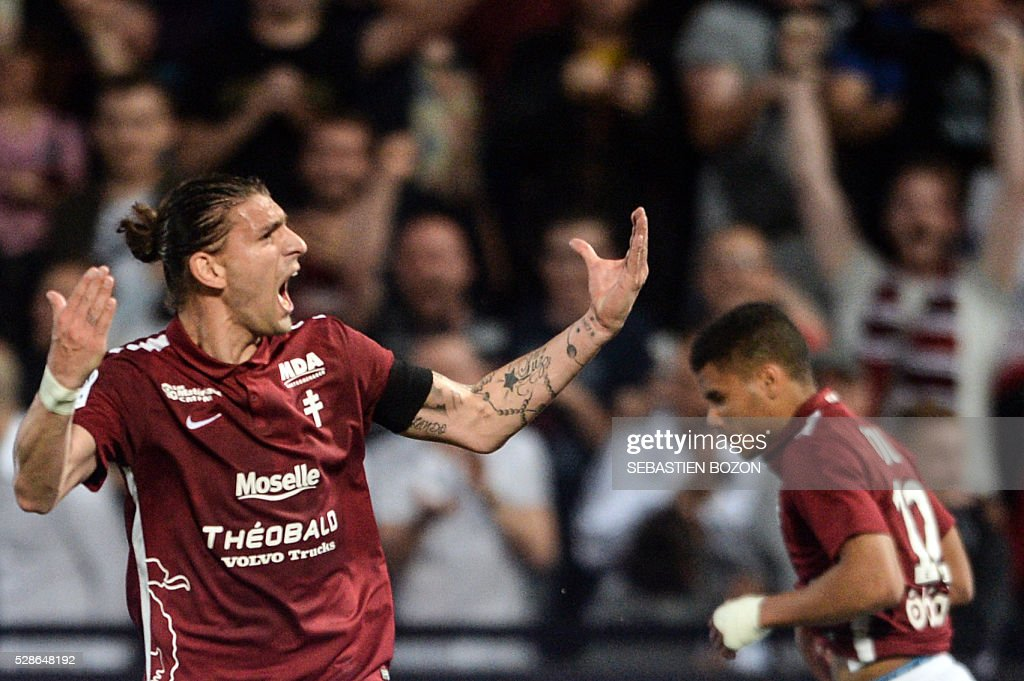 Metz' Italian defender Guido Milan (L) celebrates after scoring a goal during the French L2 football match between Metz and Tours on May 6, 2016 at the Saint-Symphorien stadium in Longeville les Metz, eastern France. / AFP / Sebastien Bozon