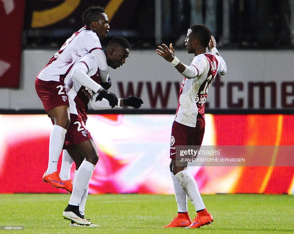 Metz' Malian forward Modibo Maiga (L) celebrates with teammates after scoring during the French L1 football match between Metz (FCM) and Toulouse (TFC) on April 4, 2015 at the Saint Symphorien stadium in Longeville-Les-Metz, eastern France. VERHAEGEN