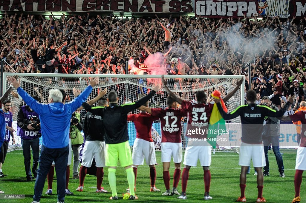 Metz' players jubilate with supporters after winning the French L2 football match between Metz and Tours at the Saint-Symphorien stadium in Longeville les Metz, eastern France, on May 6, 2016. / AFP / SEBASTIEN