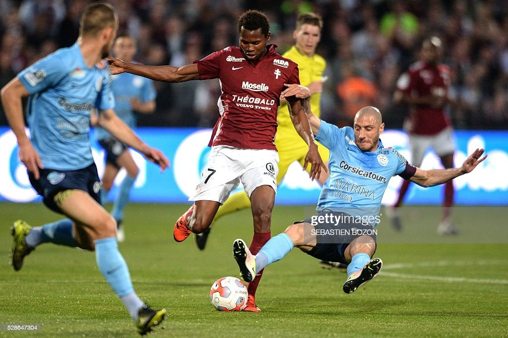 Metz' Senegalese forward Habib Diallo (C) vies with Tours' French midfielder Laurent Agouazi (R) during the French L2 football match between Metz vs Tours at the Saint-Symphorien stadium in Longeville les Metz, eastern France, on May 6, 2016. / AFP / SEBASTIEN