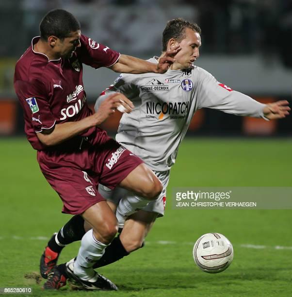 Metz's defender Algerian Medhi Meniri vies with Toulouse's midfielder Pantxi Sirieix during their French L1 football match at Saint Symphorien...