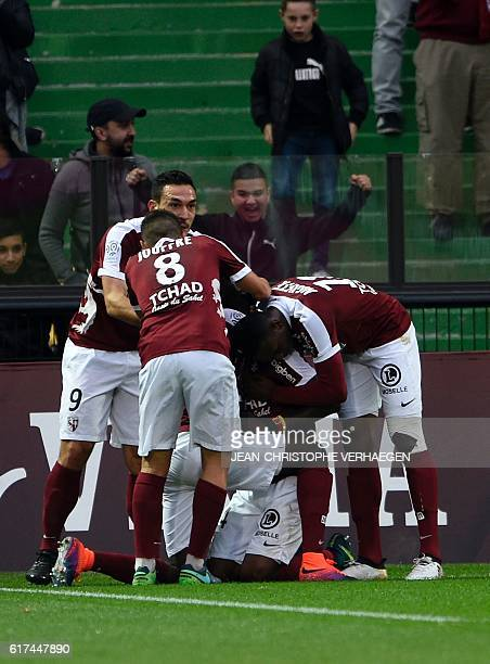 Metz's players celebrates after scoring a goal during the French L1 football match between Metz and Nice on October 23 2016 at Saint Symphorien...
