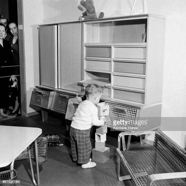 Meubles en aluminium pour une chambre d'enfant présenté au Salon à Paris France en 1953