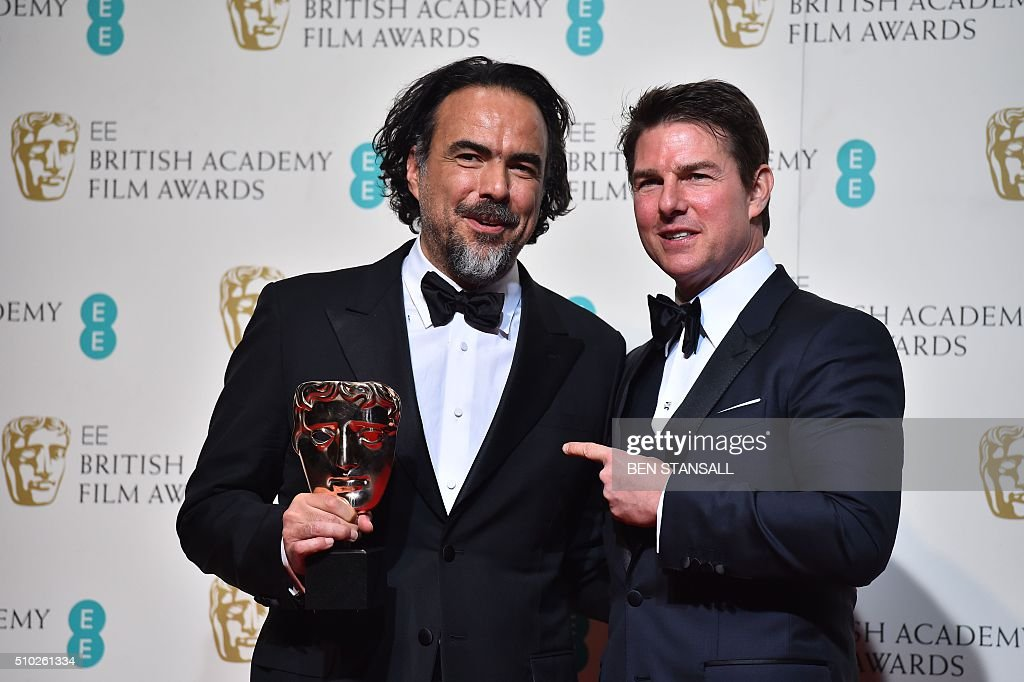 Mexican director Alejandro Gonzalez Inarritu (L) poses with his award for a director for the film 'The Revenant' with award presenter US actor Tom Cruise (R) at the BAFTA British Academy Film Awards at the Royal Opera House in London on February 14, 2016. AFP / BEN STANSALL / AFP / BEN STANSALL