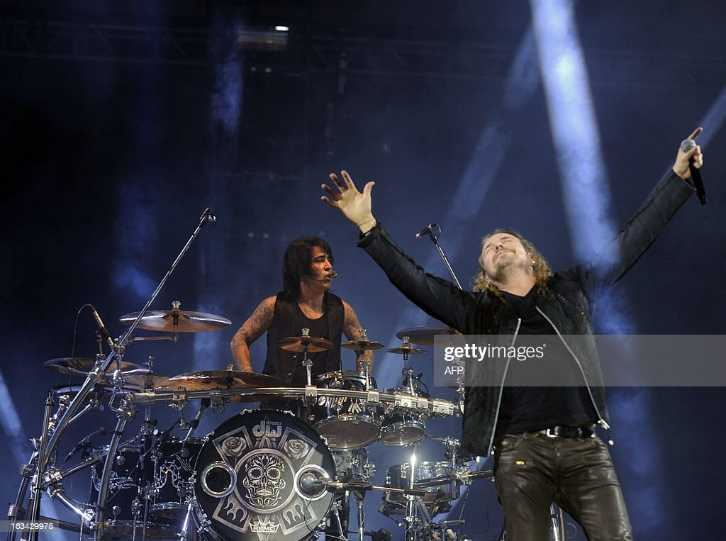 Mexican Fernando Olvera (R) and Alex Gonzalez of Mana band, perform during the 'Drama y Luz' World Tour at the Mateo Flores stadium in Guatemala City on March 9, 2013. AFP PHOTO/Johan ORDONEZ