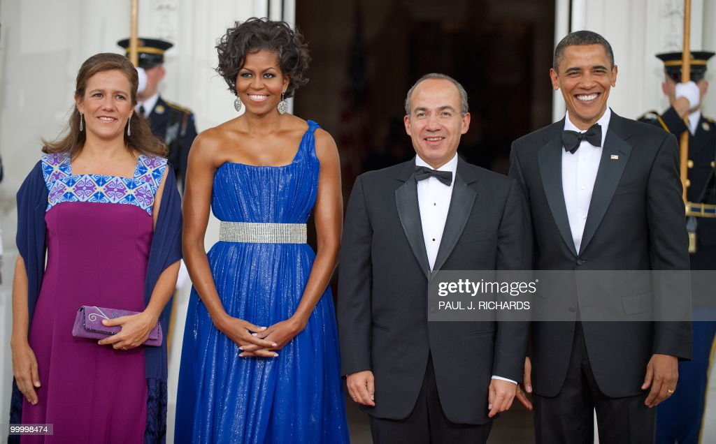Mexican First Lady Margarita Zavala, US First Lady Michelle Obama, Mexican President Felipe Calderone, and US President Barack Obama turn to the cameras for a quick photo May 19, 2010 on the North Portico at the State Dinner for Mexico at the White House in Washington, DC. AFP Photo/Paul J. Richards
