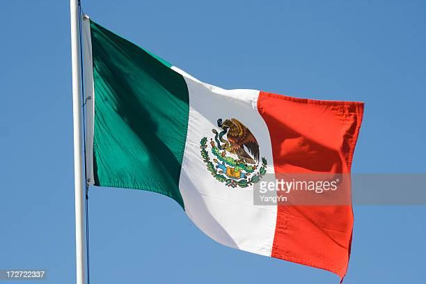 Bandera mexicana, National Banner de México agitando contra el cielo azul
