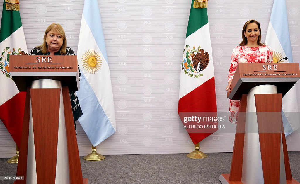 Mexican Foreign Minister Claudia Ruiz (R) and her Argentine counterpart Susana Malcorra speak to the press in Mexico City on May 25, 2016. Malcorra is on an official two-day visit to Mexico. / AFP / ALFREDO