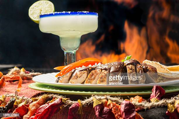 Gegrilltes Hühnchen-Tacos, mexikanische Margarita und Feuer