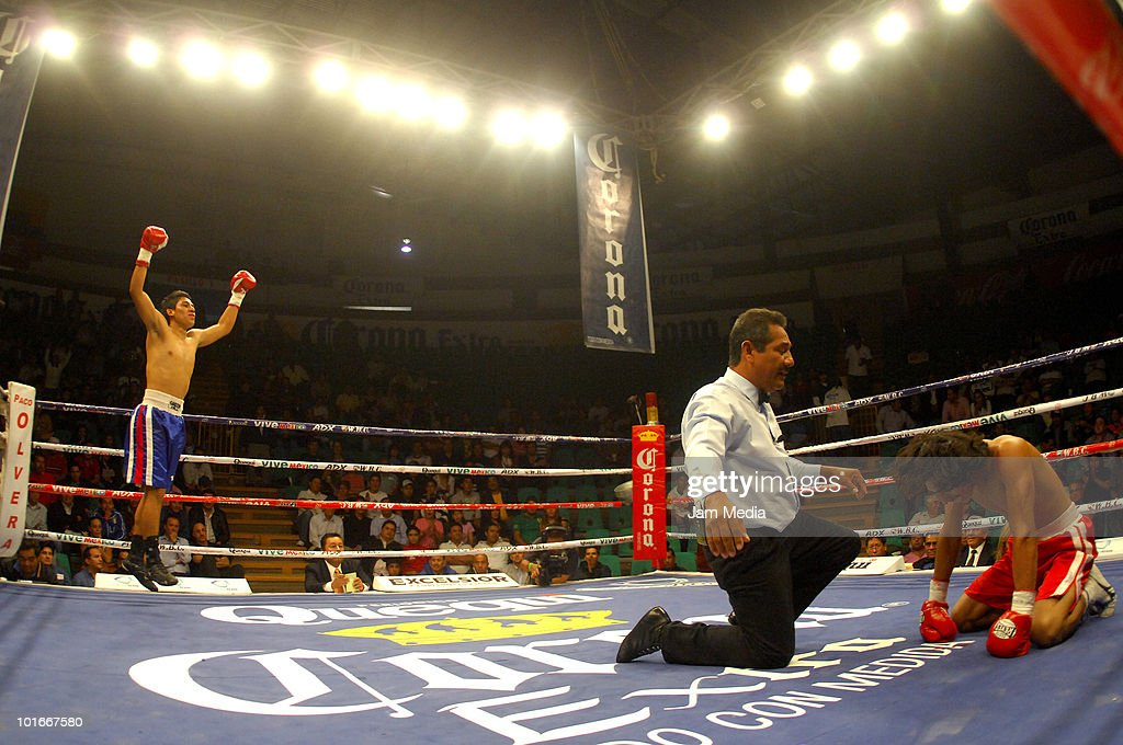 Mexican Juan Trujillo (L) fights with Jose Luis Alvarez (R) during a light weight fight as part of the War of Giants at Pachuca Podium on June 6, 2010 in Pachuca, Mexico.