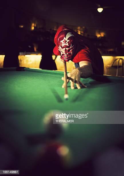 Mexikanische luchador spielen Billard